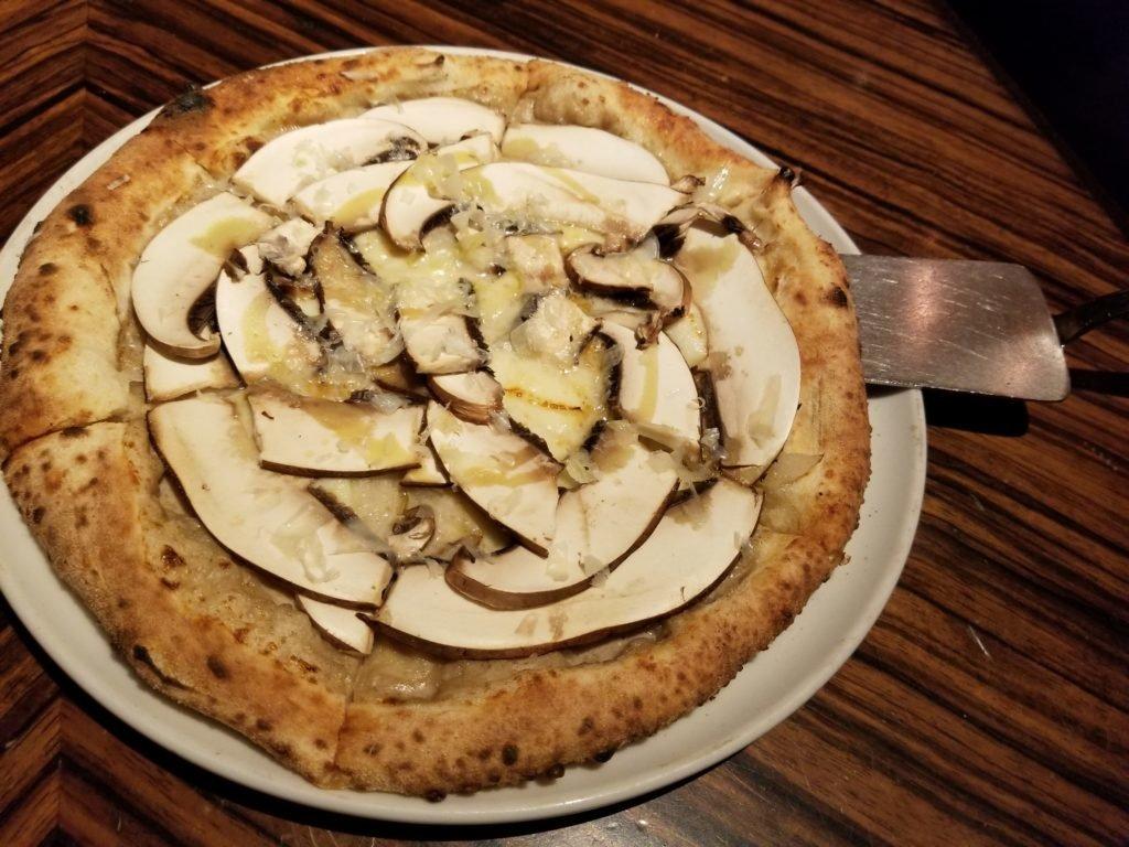 CafeRIGOLETTOジャンボマッシュルームピザ