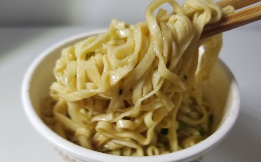 cup日清グリーンカレーヌードル麺の感じ