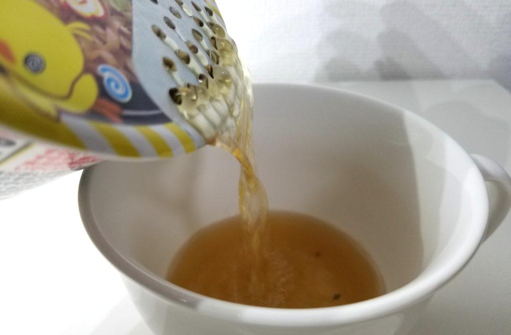 cupかまたまチキンラーメンスープ注ぎ