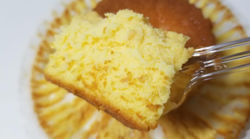 sevenバスクチーズケーキスプーンですくう