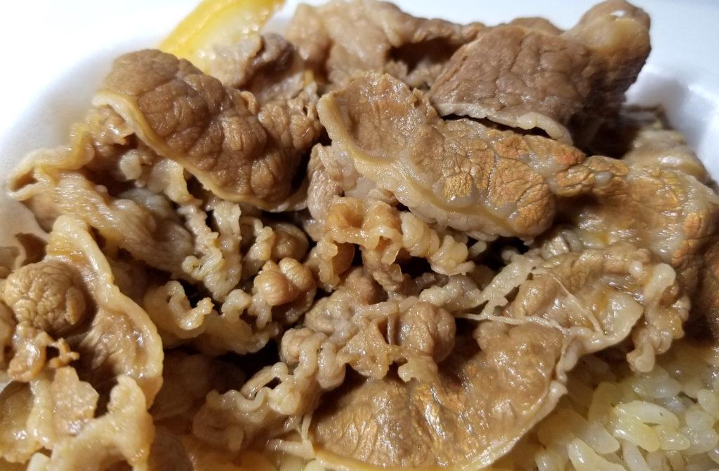 sukiya牛丼並テイクアウト牛肉が金色に光る感じ